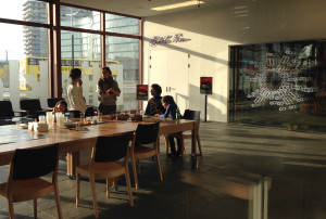 ...ist draußen im Foyer genug Ruhe für Austausch und Entspannung (zweite Raumsituation des Foyers).