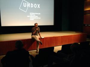 UNDOX-Kurator Gerald Weber ruft zum nächsten Programm.