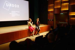 UNDOX-Kuratorin Amina Handke lädt Filmemacher Dennis Stormer nach vorne...