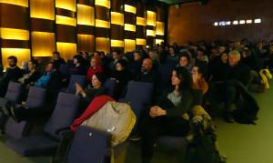 Das Publikum bleibt nicht unbeteiligt.