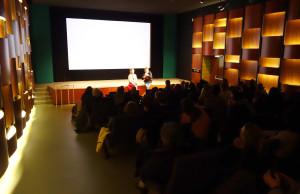 UNDOX-Kuratorin Amina Handke mit Dennis Stormer.